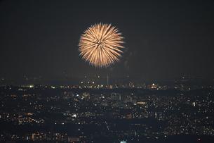 横浜ランドマークタワーから見える調布花火大会の写真素材 [FYI03156043]