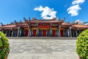 行天宮と青空(台湾・台北)の写真素材 [FYI03156058]