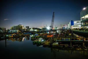 横浜港の船舶と横浜みなとみらいの夜景の写真素材 [FYI03156060]