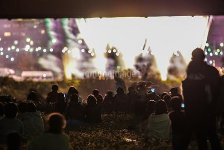 たまがわ花火大会の花火と観客(2018年)の写真素材 [FYI03156087]
