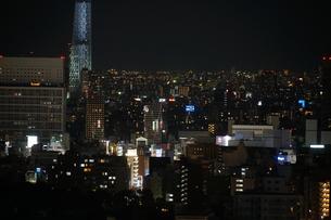 文京シビックセンターから見えるスカイツリーの写真素材 [FYI03156103]