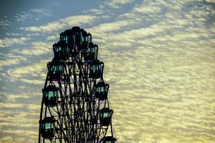 観覧車と夕暮れの空の写真素材 [FYI03156107]