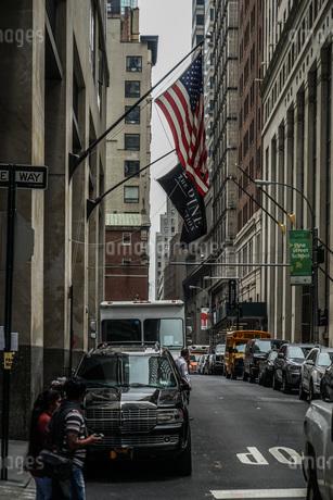 ニューヨーク・ウォール街と星条旗の写真素材 [FYI03156110]