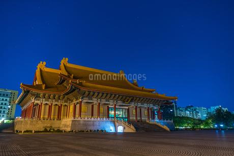 中正紀念堂・自由広場の夜景(台湾・台北)の写真素材 [FYI03156114]
