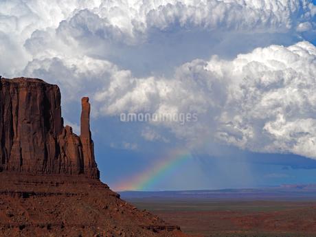 米ユタ州モニュメントバレーの夏の雷雲迫り虹を見せている美しい風景の写真素材 [FYI03156239]