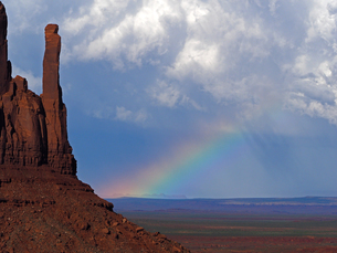 米ユタ州モニュメントバレーの夏の雷雲迫り虹を見せている美しい風景の写真素材 [FYI03156240]