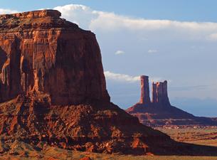 米ユタ州モニュメントバレーの長い歳月をかけて作られた堆積岩の隆起、侵食が見せる広大な風景の写真素材 [FYI03156246]