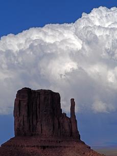 雷雲がビュートの背景で大きく成長を見せている天候の米ユタ州モニュメントバレーの6月のある日の風景の写真素材 [FYI03156251]