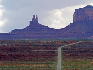 米ユタ州モニュメントバレーを走り抜けるハイウエイの風景の写真素材 [FYI03156261]