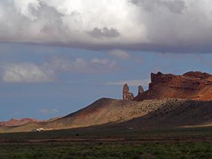 米アリゾナ州のモニュメントバレー付近に見られる地質、形状の景色の写真素材 [FYI03156269]