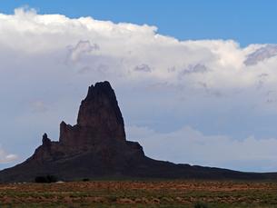 米アリゾナ州モニュメントバレー付近に見られる巨大な岩山の風景の写真素材 [FYI03156282]