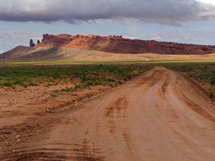 米アリゾナ州モニュメントバレー付近の未舗装道路と風景の写真素材 [FYI03156287]