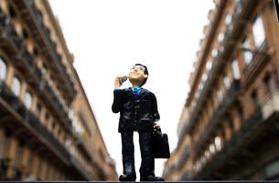 街中から通話するビジネスマンのフィギュアの写真素材 [FYI03156432]