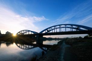 丸子橋と多摩川の日の出の写真素材 [FYI03156453]