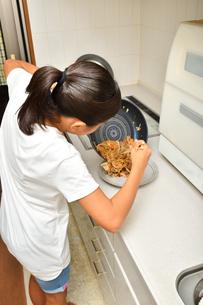 料理をする女の子の写真素材 [FYI03156501]