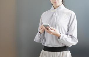 スマートフォンを操作する女性の手元の写真素材 [FYI03156547]
