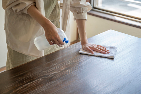 掃除をする女性の手元の写真素材 [FYI03156559]