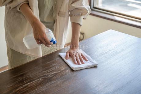 掃除をする女性の手元の写真素材 [FYI03156560]