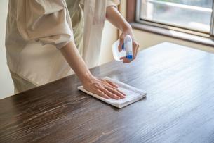 掃除をする女性の手元の写真素材 [FYI03156562]