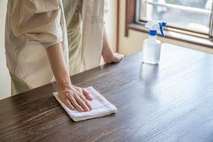 掃除をする女性の手元の写真素材 [FYI03156563]