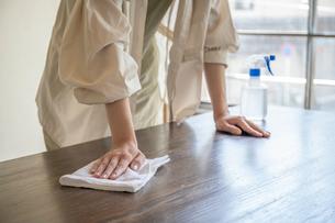 掃除をする女性の手元の写真素材 [FYI03156564]