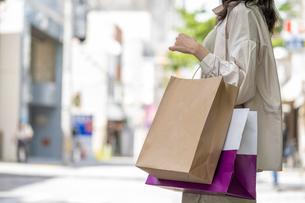 ショッピングで買い物袋をたくさん持つ女性の手元の写真素材 [FYI03156573]