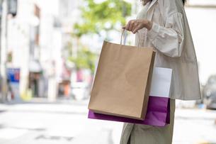 ショッピングで買い物袋をたくさん持つ女性の手元の写真素材 [FYI03156577]