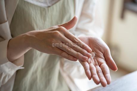 ハンドクリームを塗る女性の手元の写真素材 [FYI03156600]