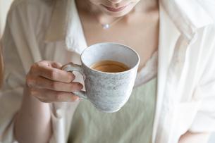 コーヒーを飲む女性の手元の写真素材 [FYI03156603]