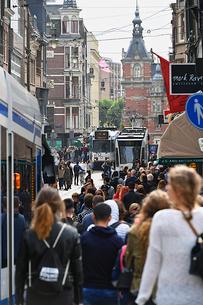 アムステルダムの混雑した通りの写真素材 [FYI03156673]