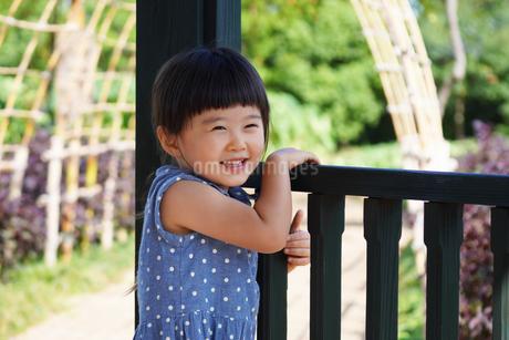 笑顔の女の子の写真素材 [FYI03156896]