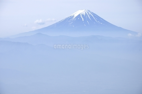 乾徳山より初夏の富士山遠望の写真素材 [FYI03157161]