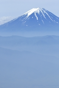 乾徳山より初夏の富士山遠望の写真素材 [FYI03157172]