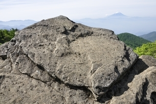 乾徳山の月見岩と富士山の写真素材 [FYI03157177]