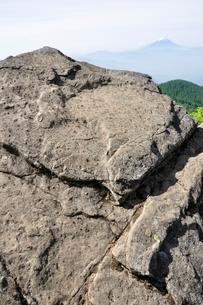 乾徳山の月見岩と富士山の写真素材 [FYI03157178]