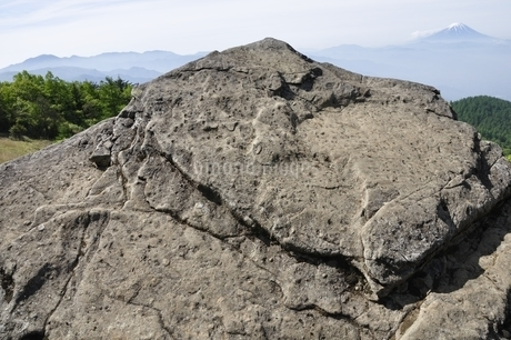 乾徳山の月見岩と富士山の写真素材 [FYI03157179]