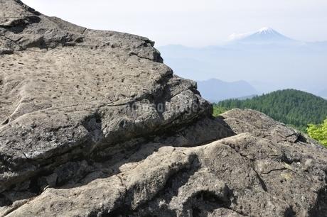 乾徳山の月見岩と富士山の写真素材 [FYI03157181]