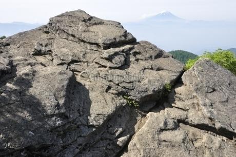 乾徳山の月見岩と富士山の写真素材 [FYI03157182]