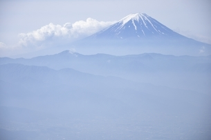 山梨県の乾徳山から初夏の富士山眺望の写真素材 [FYI03157195]