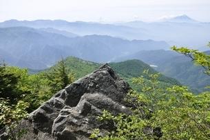 乾徳山からの展望 富士山と大菩薩連嶺の写真素材 [FYI03157197]