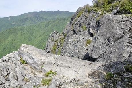 乾徳山の岩場とゴトメキの写真素材 [FYI03157204]