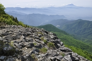 乾徳山の岩場からの富士山の写真素材 [FYI03157206]