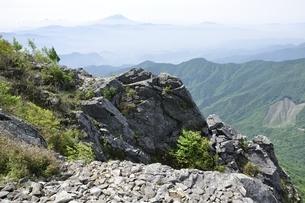乾徳山より遠望富士山の写真素材 [FYI03157207]