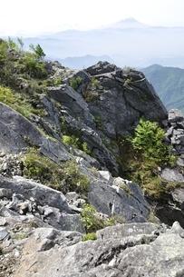 山地の岩場と富士山の写真素材 [FYI03157210]