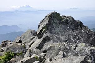 乾徳山の山頂より富士山眺望の写真素材 [FYI03157213]