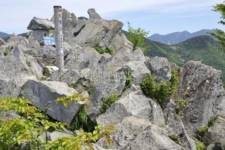 山梨百名山 乾徳山山頂の写真素材 [FYI03157215]