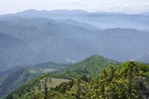乾徳山山頂より大菩薩連嶺を望むの写真素材 [FYI03157216]