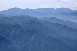 乾徳山山頂より大菩薩連嶺を望む山並みの写真素材 [FYI03157217]