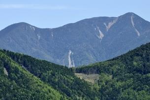 乾徳山山頂より甲武信ヶ岳を望むの写真素材 [FYI03157226]