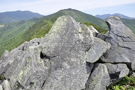 乾徳山山頂の岩場から奥秩父を眺めるの写真素材 [FYI03157228]